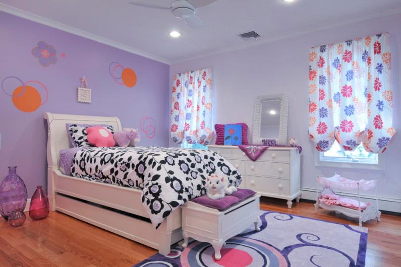 Нежно-фиолетовые обои в комнате девочки
