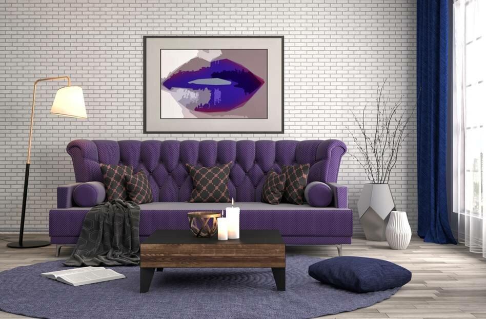Обои под кирпич за диваном с фиолетовой обивкой