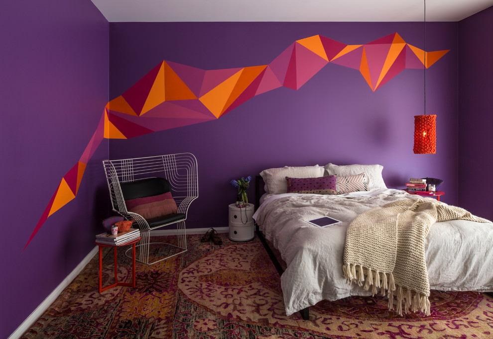 Белый текстиль на кровати в фиолетовой спальне
