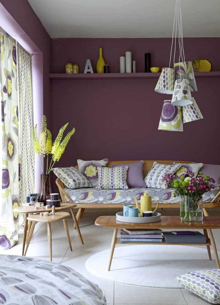 Фиолетовая стена за диваном в гостиной