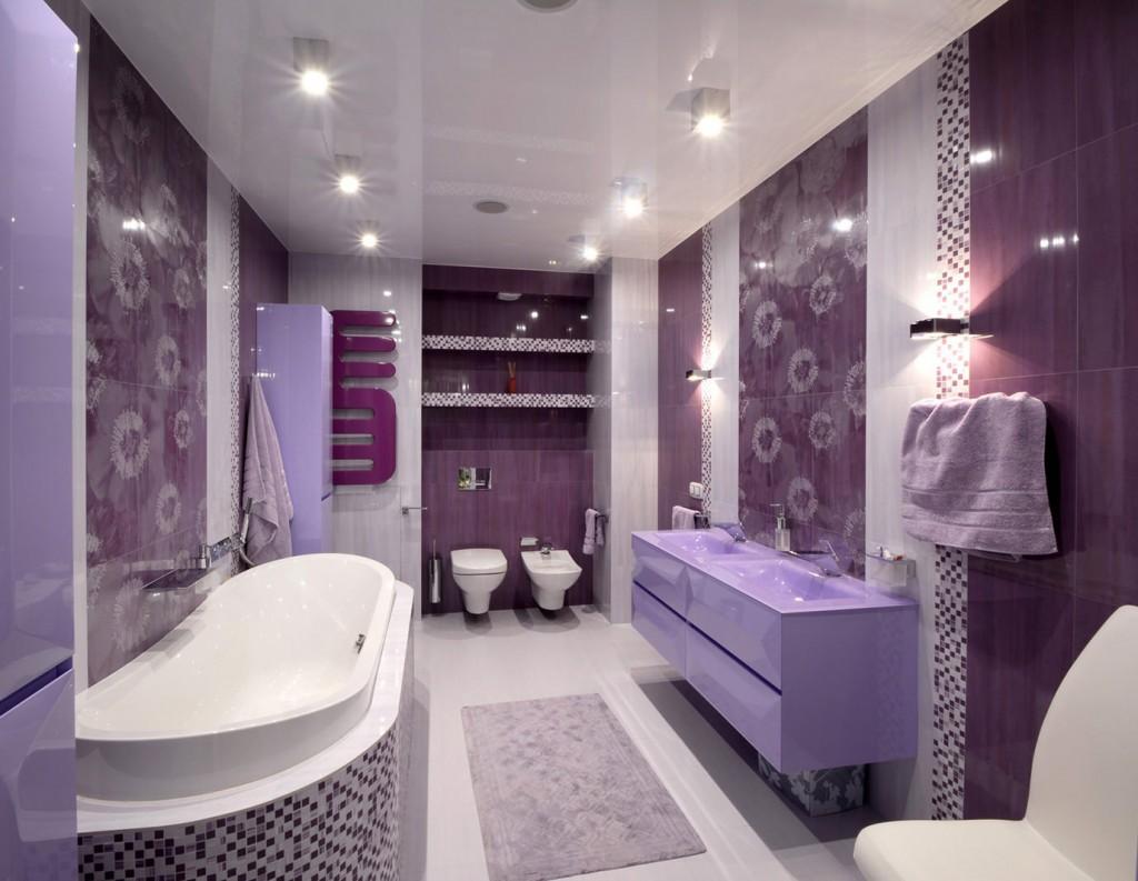 Ванная комната с фиолетовой плиткой на стене
