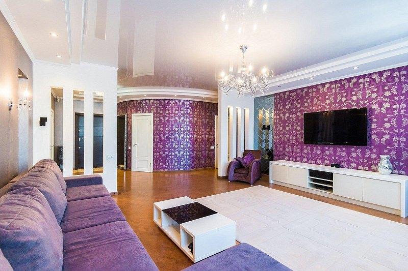 Обои с фиолетовым фоном на стене в зале