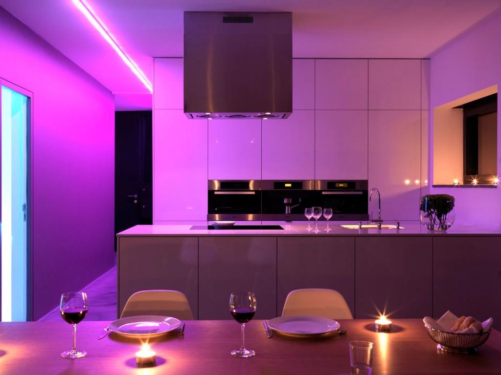 Интерьер кухни в стиле хай-тек с мебелью сиреневого цвета