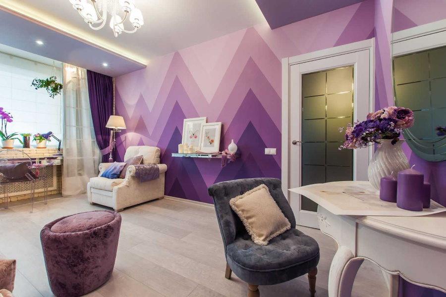 Освещение комнаты с фиолетовыми обоями
