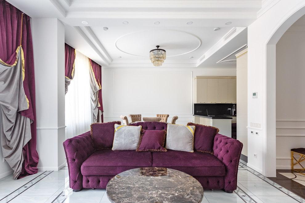 Светлые подушки на диване фиолетового оттенка