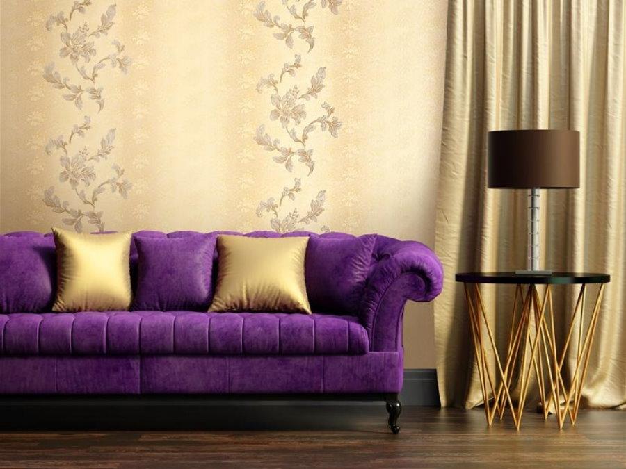 Виниловые обои за фиолетовым диваном в гостиной
