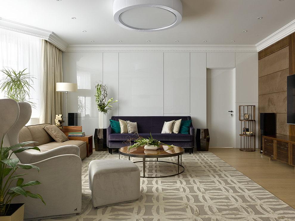 Темно-фиолетовый диван на фоне белой стены в гостиной