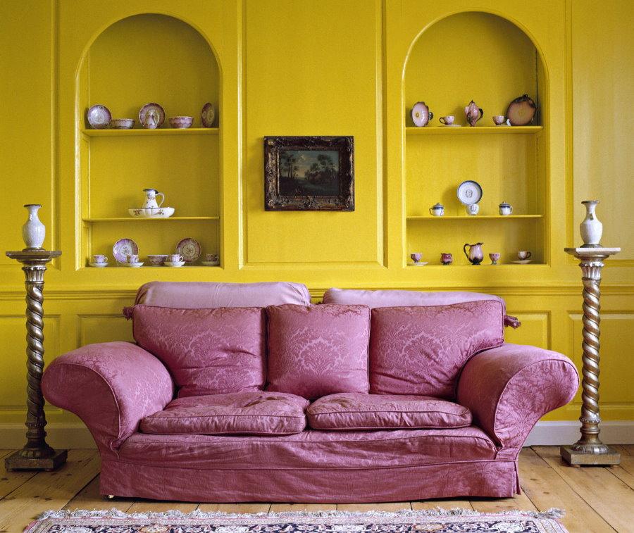 Сочетание желтого и фиолетового цветов в интерьере зала