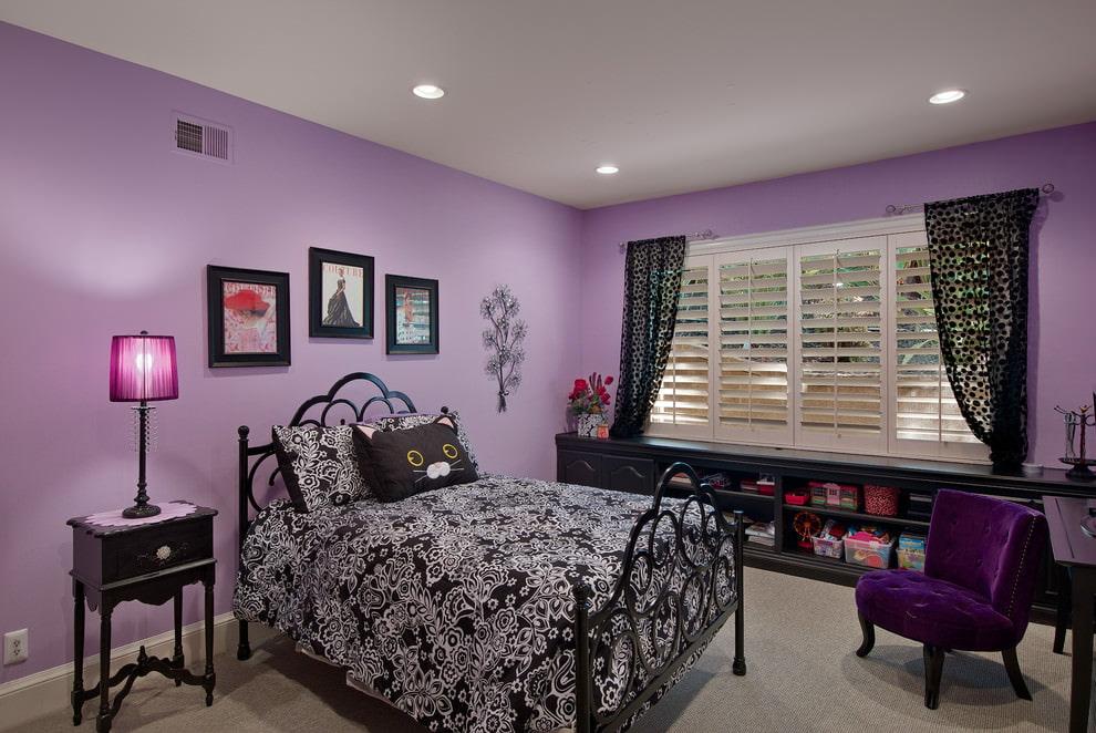 Черная мебель в спальне с фиолетовыми обоями