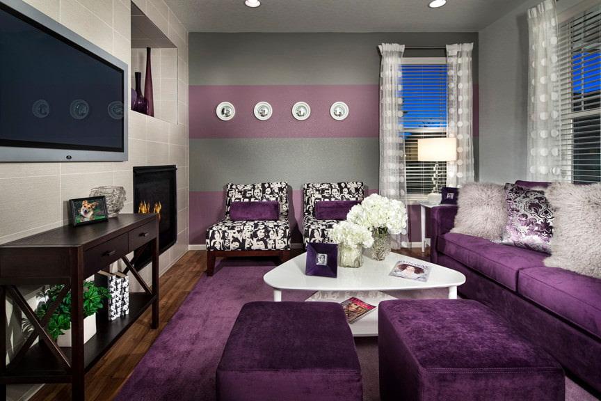 Фиолетовая обивка мебели в гостиной комнате