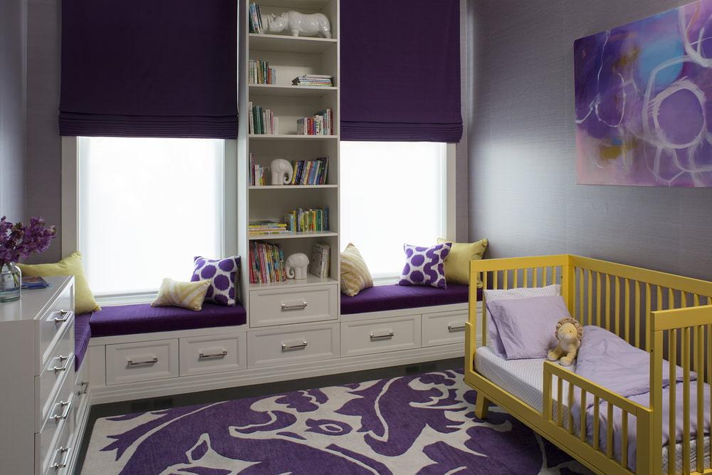 Желтая кроватка для новорожденного в комнате с фиолетовыми шторами