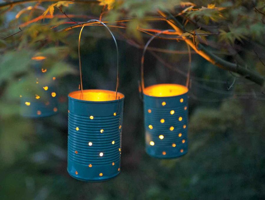Фонарики со свечками на ветке садового дерева