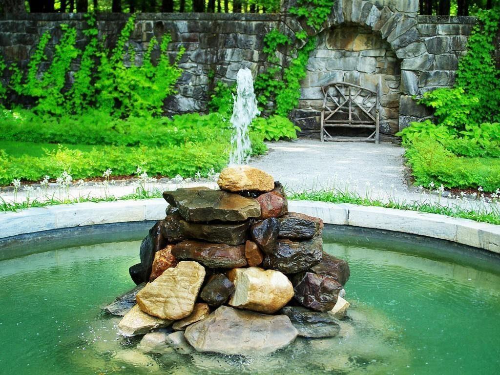 Фонтан из камней на садовом участке