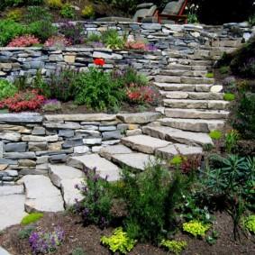 Каменные ступени садовой лестницы