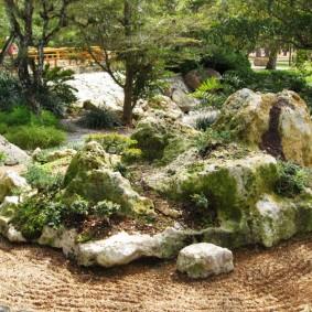 Мини альпинарий в саду восточного стиля