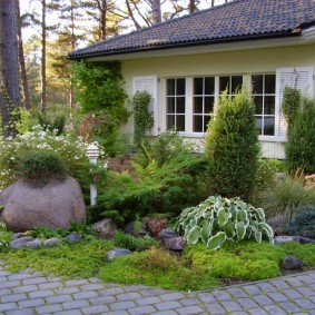 Клумба с камнями перед загородным домом