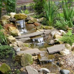 Каскадный водопад из природного камня