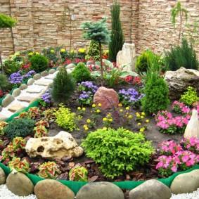 Каменное ограждение садовой клумбы