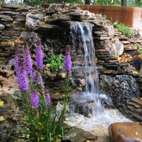 Самодельный водопад из плоского камня