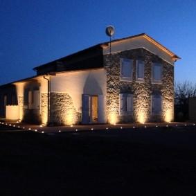 Подсветка стен жилого дома наземными прожекторами
