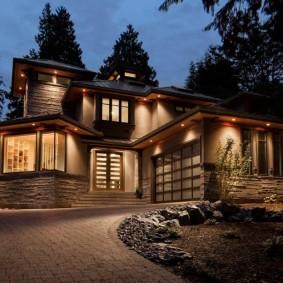 Подсветка стен дома точечными светильниками
