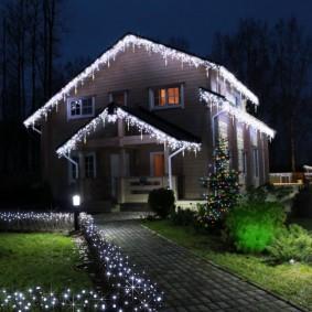 Праздничная подсветка крыши частого дома