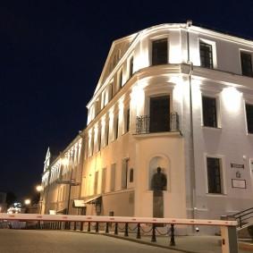 Белая подсветка фасада трехэтажного дома