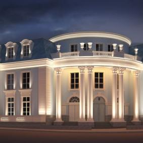 Красивая архитектурная подсветка дома с колоннами