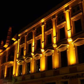 Направленный свет от прожекторов на стене здания