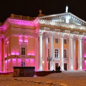 Розовая подсветка фасада городского театра