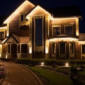 Ночная подсветка фасада деревянного дома