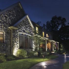 Вечернее освещение фасада с каменной отделкой