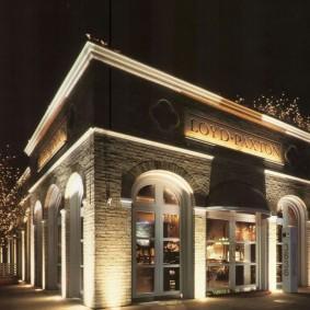 Привлекательная подсветка фасада магазина