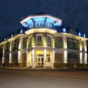 Профессионально выполненная подсветка фасада здания