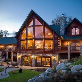 Срубовой дом с высокими окнами