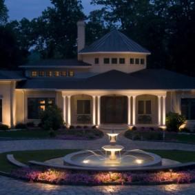 Подсветка фонтана на загородном участке