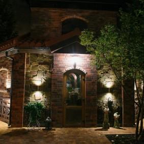 Направленные светильники на каменной стене