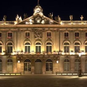 Освещение центрального фасада дома в европейском стиле