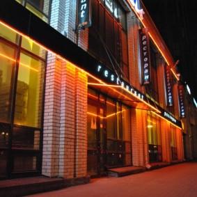 Неоновая подсветка на фасаде ресторана