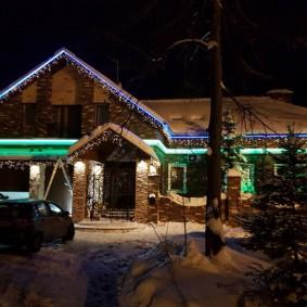 Неоновые светильники под крышей дома