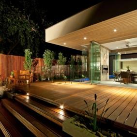 Освещение открытой террасы с дощатым покрытием