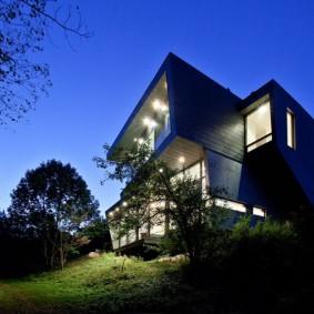 Дом с плоской крышей на самом высоком месте участка