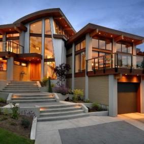 Широкая лестница к дому со встроенными светильниками