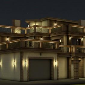 Уличные светильники на стене дома с гаражом