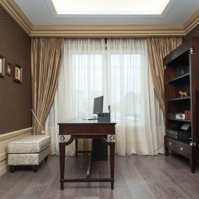 Декор потолка комнаты потолочным багетом