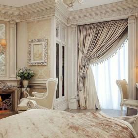 Гипсовые багеты на потолке спальной комнаты