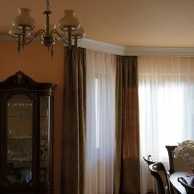 Темные шторы на карнизе с багетной планкой