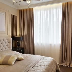 Коричневые занавески в спальной комнате