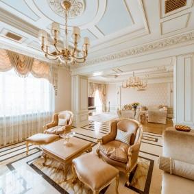 Потолок в гостиной комнате классического стиля
