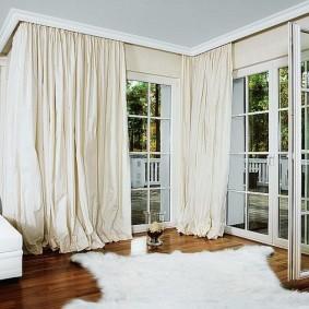 Оформление окон в комнате сложной формы